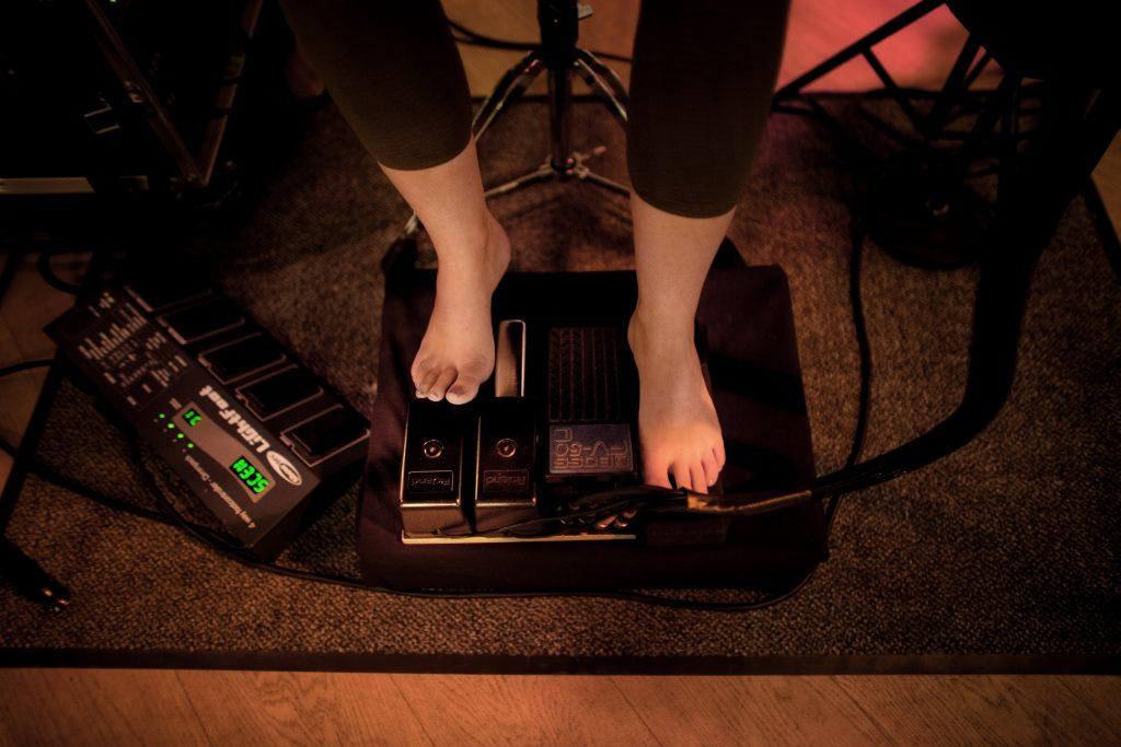 Rie Damgaard spiller med bare fødder.